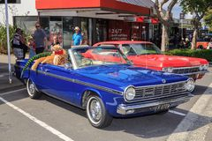 Chrysler azul 1965 valeroso en una demostración de coche clásica al aire libre fotografía de archivo libre de regalías