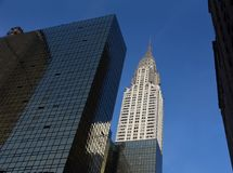 Chrysler byggnad och moderna kontorsbyggnader, New York - se upp, stadsbyggnader royaltyfria foton