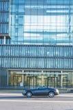 Chrysler Crossfire, antes del edificio de la administración de Thysse imagen de archivo libre de regalías