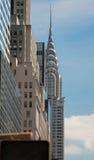 Chrysler-Gebäude durch Broadway Stockfotos