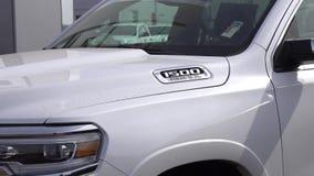 Chrysler Hemi Truck mit Logo des eingetragenen Warenzeichens stock video footage