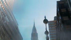 Chrysler som bygger New York, den låga vinkeln, sköt av kameran som framme roterar av skyskrapor Kontorskvarter och lägenheter arkivfilmer