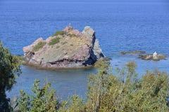 Chrysohou海湾的小海岛 库存照片