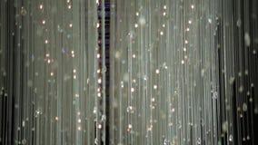 Chrystal枝形吊灯特写镜头 攀爬枝形吊灯的水晶 与拷贝空间的魅力黑白背景 股票视频