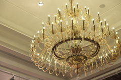 Chrystal świecznik, stropuje z Równym Oświetleniowym tłem z c Fotografia Royalty Free