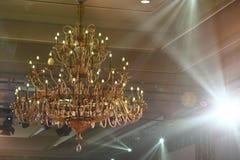 Chrystal-Leuchter, Decke mit Gleichheits-Beleuchtungshintergrund mit c Lizenzfreies Stockfoto