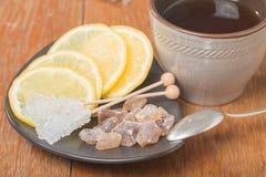 chrystal suiker met citroen en thee stock afbeelding