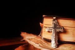 Chrystianizm religii symbolu Jezus biblia i krzyż Zdjęcie Royalty Free