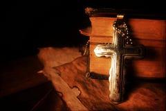 Chrystianizm religii symbolu Jezus biblia i krzyż Zdjęcia Royalty Free