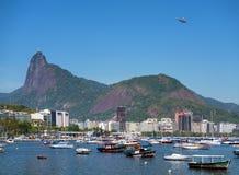 Chrystus odkupiciel na Corcovado górze i Botafogo trzymać na dystans Zdjęcie Royalty Free