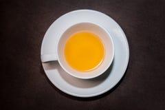 Chryzantemy ziołowa herbata w białej filiżance na drewnianym stole zdjęcie stock