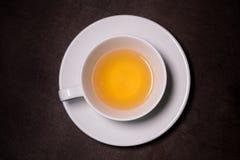Chryzantemy ziołowa herbata w białej filiżance na drewnianym stole obrazy stock