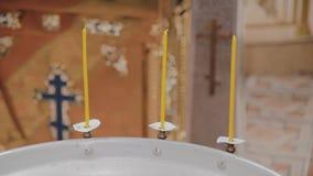 Chrzcielnicy dla ochrzczenia dzieci z płonącymi świeczkami w Ortodoksalnym kościół zbiory