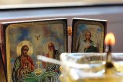 Chrześcijańskie ikony i zamazująca nafciana świeczka Fotografia Royalty Free
