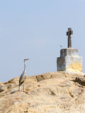 Chrześcijanin czapla na rockowej wyspie w Kerala stojących wodach i krzyż Obrazy Royalty Free