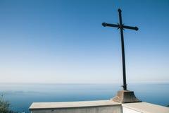 Chrześcijanin krzyżuje ocean i niebieskie niebo Obraz Royalty Free