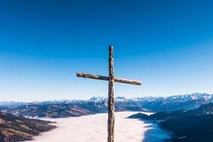 Chrześcijanin krzyżuje wierzchołek pasmo górskie fotografia royalty free