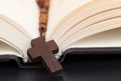 Chrześcijanin przecinająca kolia na Świętej biblii książce, Jezusowa religia conc obraz stock