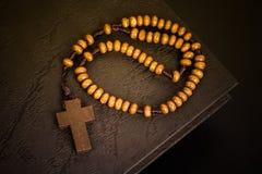 Chrześcijanin przecinająca kolia na Świętej biblii książce, Jezusowa religia conc fotografia royalty free