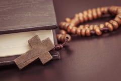 Chrześcijanin przecinająca kolia na Świętej biblii książce, Jezusowa religia conc fotografia stock