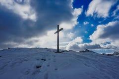 Chrześcijanin sylwetki Przecinający światło słoneczne chmurnieje niebo fotografia stock