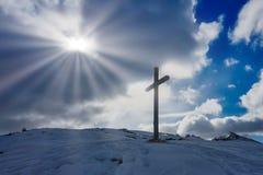 Chrześcijanin sylwetki Przecinający światło słoneczne chmurnieje niebo zdjęcie royalty free