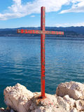 Chrześcijanina żelaza krzyż na dennym wybrzeżu Zdjęcie Stock