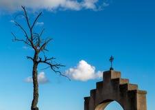 Chrześcijanina krzyż przeciw niebieskiemu niebu w południowych zachodach zdjęcia royalty free
