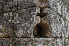 Chrześcijanina okrąg i krzyż kształtowaliśmy dziury w kamiennej ścianie Zdjęcia Stock