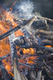 Châtaignes de torréfaction sur un incendie ouvert Photos libres de droits