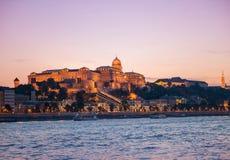 Château de Budapest au coucher du soleil, vue de Danube Image stock