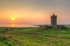 Château de Doonagore au coucher du soleil Image stock
