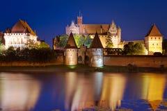 Château de Malbork la nuit, Pologne Photographie stock libre de droits