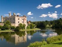 Château médiéval anglais avec le fossé, Leeds, Kent, R-U Photos stock