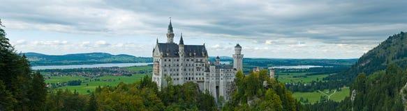 Château Neuschwanstein avec l'horizontal environnant Photographie stock libre de droits