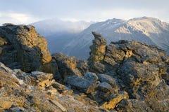 Chubascos de la nieve de la montaña rocosa Fotografía de archivo