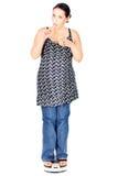 Chubby Frau, die auf Skala isst Lizenzfreie Stockfotos