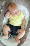 Chubby Newborn Baby Girl Sleeping in Zuigelingsschommeling royalty-vrije stock foto's