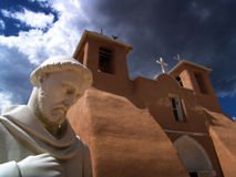 Chuch met standbeeld vooraan Stock Afbeeldingen