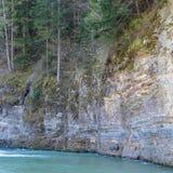 Chuch skały halną rzeką obrazy stock