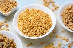 Chuchający Rice i puchary Różni rodzaje zboża, Szybki śniadanie zdjęcie stock