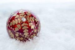 Chuchería adornada de la Navidad con nieve Fotos de archivo