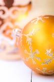 Chuchería amarilla brillante del árbol de navidad con el ornamento de plata chispeante de la escama de la nieve, ángel de oro, ll Imagenes de archivo