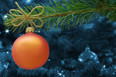 Chuchería anaranjada de la Navidad y una rama spruce Imágenes de archivo libres de regalías