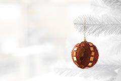 Chuchería anaranjada en el árbol de navidad Foto de archivo