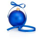 Chuchería azul de la Navidad con el arco de la cinta aislado en blanco Imagen de archivo