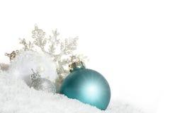 Chuchería azul de la Navidad con el cristal de la nieve Imágenes de archivo libres de regalías