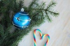 Chuchería azul de la Navidad con el ornamento de plata Imagenes de archivo