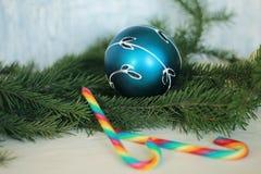 Chuchería azul de la Navidad con el ornamento de plata Foto de archivo libre de regalías