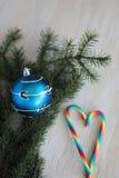 Chuchería azul de la Navidad con el ornamento de plata Foto de archivo